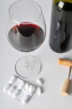 Alcohol en pillen stock afbeeldingen