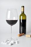 Alcohol en pillen stock afbeelding