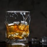 Alcohol en vidrio con hielo en fondo oscuro imágenes de archivo libres de regalías