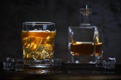 Alcohol in glas met ijs en in fles royalty-vrije stock afbeeldingen