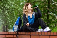 Alcohol que hace la rabona y de consumición de la muchacha imagen de archivo