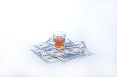 Alcohol y dinero Foto de archivo libre de regalías
