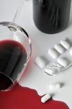 Alcohol y píldoras fotos de archivo
