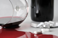Alcohol y píldoras imagen de archivo