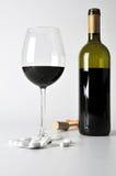 Alcohol y píldoras imagenes de archivo