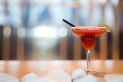 Alcoholbar, cocktailglas op barteller, cocktailglas in een bar, het Drinken cocktail in bar, cocktail in het glas met stro, stock fotografie