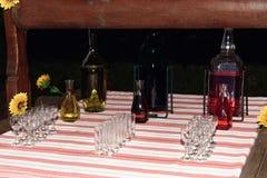 Alcoholbar met verschillende dranken, huwelijksontvangst, het richten zich royalty-vrije stock fotografie