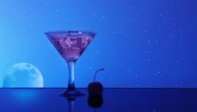 Alcoholcocktail in water op de achtergrond van de nachthemel Royalty-vrije Stock Foto's