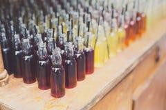 Alcoholcocktails, schoten in het drinken van flessen stock afbeelding
