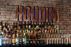 Alcoholflessen op een bar Stock Fotografie
