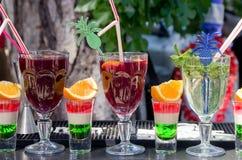 Alcoholische alcoholische dranken en zachte verfrissingendranken door het glas op de bar in openlucht royalty-vrije stock afbeelding