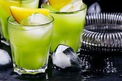 Alcoholische cocktail Aztec, met gouden tequila, blauwe curacao liqueu stock foto's