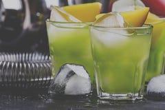 Alcoholische cocktail Aztec, met gouden tequila, blauwe curacao liqueu royalty-vrije stock afbeelding