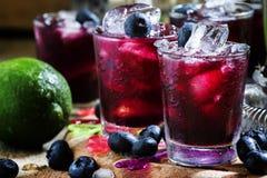 Alcoholische cocktail Darkside, met likeur, bosbes, citroensap royalty-vrije stock fotografie