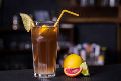 Alcoholische cocktail met kola en limon Stock Fotografie