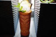 Alcoholische cocktail met munt in oorspronkelijk voodoo aarden glas stock afbeeldingen