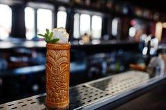Alcoholische cocktail met munt in oorspronkelijk voodoo aarden glas stock afbeelding