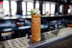 Alcoholische cocktail met munt in oorspronkelijk voodoo aarden glas stock foto's