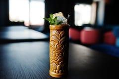 Alcoholische cocktail met munt in oorspronkelijk voodoo aarden glas stock fotografie