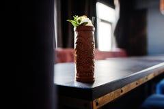 Alcoholische cocktail met munt in oorspronkelijk voodoo aarden glas royalty-vrije stock foto's