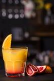 Alcoholische cocktail met Siciliaanse sinaasappel Royalty-vrije Stock Foto's