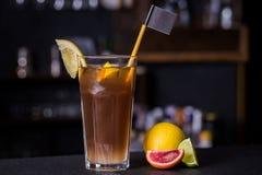 Alcoholische cocktail met Siciliaanse sinaasappel en kalk Stock Foto's