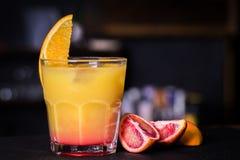 Alcoholische cocktail met sinaasappel Stock Fotografie