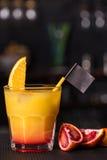 Alcoholische cocktail met sinaasappel Stock Afbeeldingen