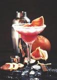 Alcoholische cocktailwindhond, met wodka, likeur, grapefruit juice en ijs, zwarte achtergrond, selectieve nadruk stock foto