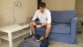 Alcoholische de echtgenoot verzamelt dingen in een koffer, drinkt alcohol een scheiding stock footage