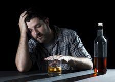 Alcoholische die verslaafdenmens met whiskyglas wordt gedronken in alcoholismeconcept stock foto