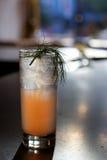 Alcoholische Drank op Leibar met Bokeh op Achtergrond Stock Afbeeldingen