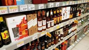 Alcoholische dranken bij hypermarket Stock Afbeeldingen