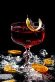 Alcoholische dranken en cocktails voor bars en restaurants met ijs op een zwarte achtergrond in glasglazen royalty-vrije stock afbeelding