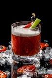 Alcoholische dranken en cocktails voor bars en restaurants met ijs op een zwarte achtergrond in glasglazen stock afbeeldingen