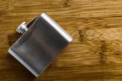Alcoholische drankfles van metaal wordt gemaakt dat royalty-vrije stock foto