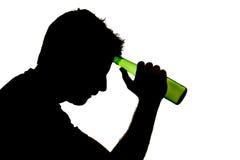 Alcoholische gedronken mens met bierfles in het silhouet van de alcoholverslaving stock afbeeldingen