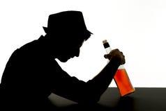 Alcoholische gedronken mens met whiskyfles in het silhouet van de alcoholverslaving royalty-vrije stock afbeeldingen