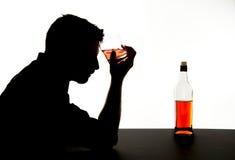 alcoholische gedronken mens met whiskyglas in het silhouet van de alcoholverslaving royalty-vrije stock afbeeldingen
