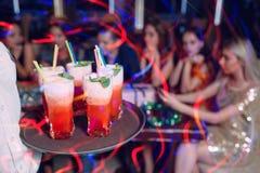 Alcoholische heldere dranken De achtergrond van de partij Royalty-vrije Stock Afbeeldingen