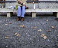 Alcoholische mens op bank stock fotografie