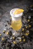 Alcoholische of niet-alkoholische cocktail met citroencitrusvrucht en gember met toegevoegde likeur, wodka, champagne of martini royalty-vrije stock foto's