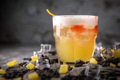 Alcoholische of niet-alkoholische cocktail met citroencitrusvrucht en gember met toegevoegde likeur, wodka, champagne of martini stock fotografie