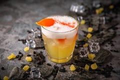 Alcoholische of niet-alkoholische cocktail met citroencitrusvrucht en gember met toegevoegde likeur, wodka, champagne of martini stock afbeeldingen