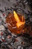 Alcoholische of niet-alkoholische cocktail met oranje citrusvrucht, granaatappel met de toevoeging van likeur, wodka, champagne o stock foto's