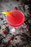 Alcoholische of niet-alkoholische grapefruit, citrusvrucht, bessencocktail met likeur, wodka, champagne of martini stock foto