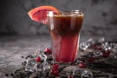 Alcoholische of niet-alkoholische grapefruit, citrusvrucht, bessencocktail met likeur, wodka, champagne of martini stock afbeeldingen