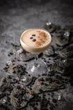 Alcoholische of niet-alkoholische koffiecocktail met likeur, whisky, room stock foto