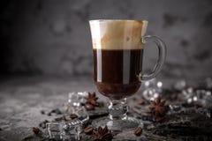 Alcoholische of niet-alkoholische koffiecocktail met likeur, whisky, room stock foto's
