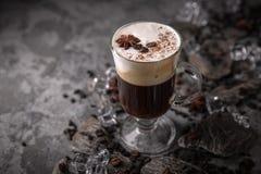 Alcoholische of niet-alkoholische koffiecocktail met likeur, whisky, room stock afbeeldingen